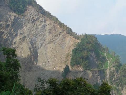 2009.09.20阿里山公路71K及附近山頭的崩塌流失全景